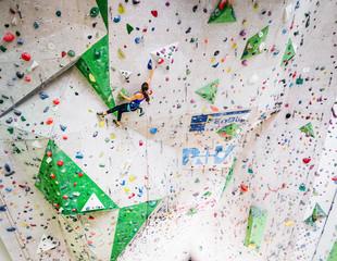 Klettern an der steilen Wettkampfwand
